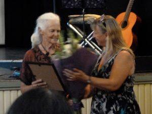 Su receiving her award